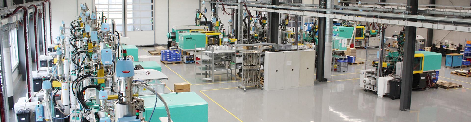 Maschinenhalle mit Spritzgussmaschinen